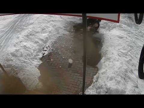 Пенсионер, которого уничтожило глыбой льда в Боровском, шел писать завещание. Катастрофа попала на видео