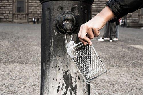 Модельер разработал безупречную бутылку для туристов: она показывает, где в городке можно отыскать питьевой фонтанчик (девяти фотографией)