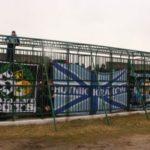 Человечий зоопарк – футбольные поклонники обязаны глядеть матч, сидя в железной клеточке (3 фото + видео)