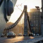 Мужик взобрался наКрымский мост вМоскве
