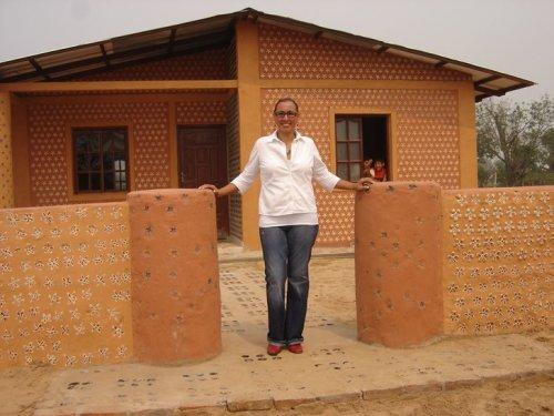 Юрист из Боливии улучшает жизнь людей, строя дома для нуждающихся из пластмассовых бутылок (6 фото)