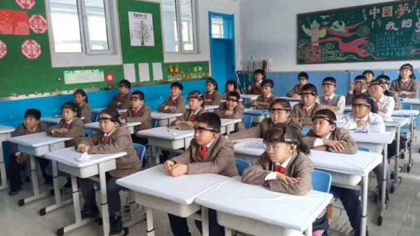 На китайских школьников надевают электронные обручи, чтобы улучшить внимательность