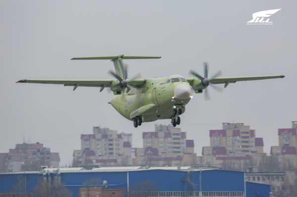 Посмотрите, как военный транспортный самолет Ил-112В впервые поднимается в воздух