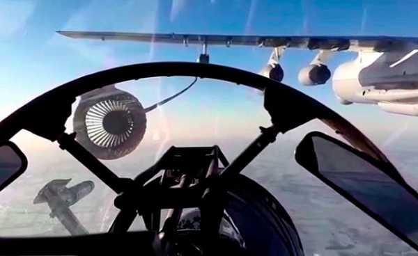 Су-30СМ иСу-34одновременно дозаправляются ввоздухе: кадры маневров внебе надКубанью