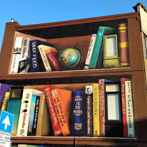 Уличные художники превратили жилой дом в Утрехте в книжный стеллаж (5 фото)