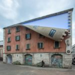 """Британский скульптор """"расстегнул"""" здание в Милане (7 фото)"""
