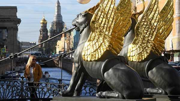 Вандалы повредили Банковский мост скрылатыми львами вПетербурге